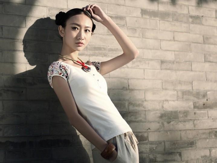 彩色绣花圆领白色T恤