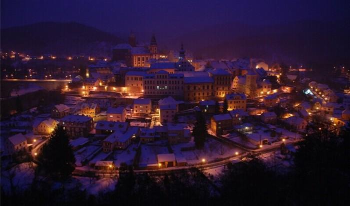穿着美丽的圣诞服装,去美丽的圣诞小镇过圣诞节