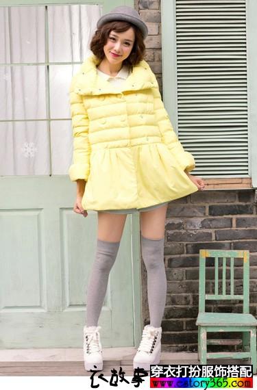 高领双排扣嫩黄色羽绒服