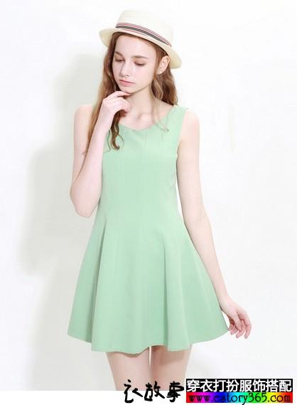 简明清新纯净一色的衣服搭配