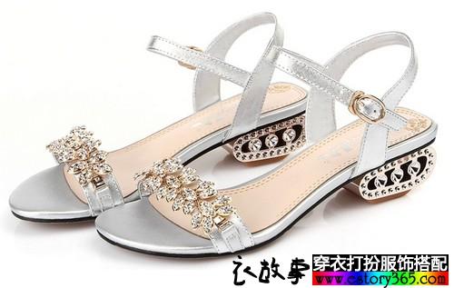 鞋跟高度适度的鞋子搭配