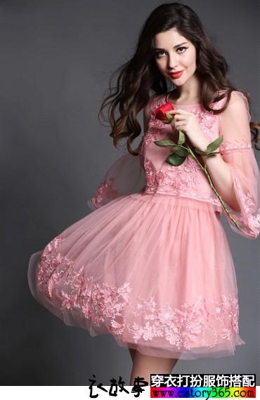 喇叭袖刺绣连衣裙