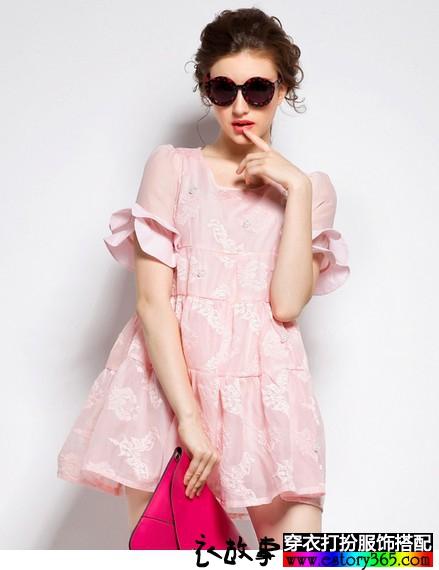 喇叭袖粉色娃娃裙