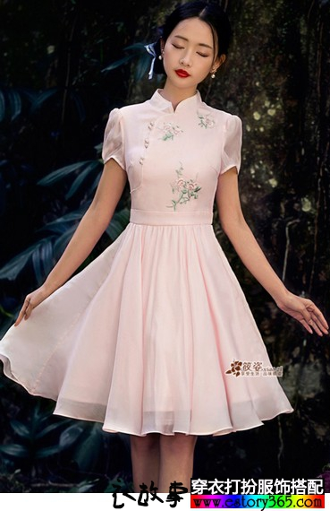 绣花立领连衣裙