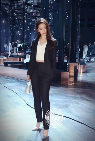 明星示范:Dior秀场的刘亦菲 为大家示范西装搭配