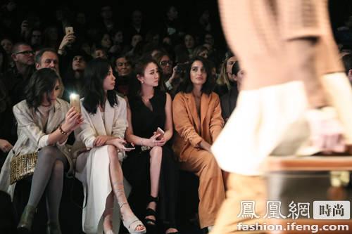 李小冉优雅造型搭配在米兰时装周获赞