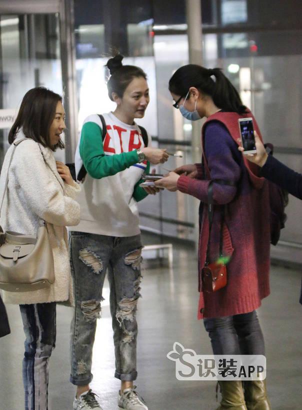时髦丸子头李小冉搭运动系着装现身机场 明星怎么搭配