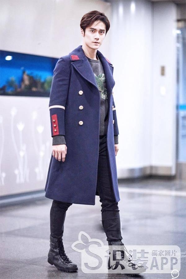 蒋劲夫现身机场 暖男潮装
