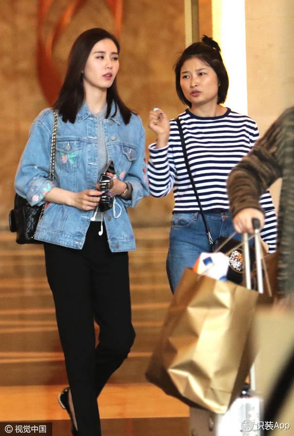 刘诗诗的青春帅气的搭配:牛仔夹克配Chanel链条包