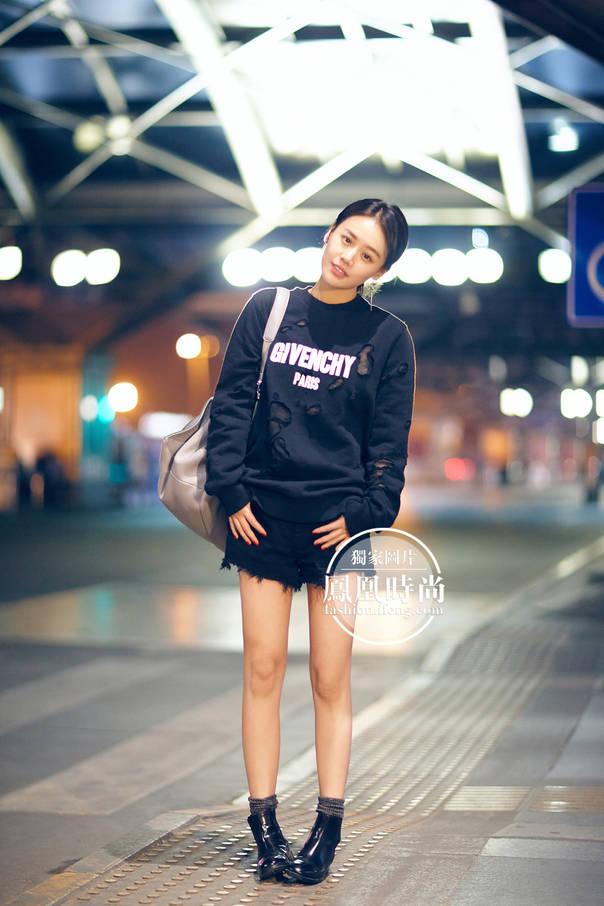 马思纯穿Givenchy卫衣启程戛纳国际电影节