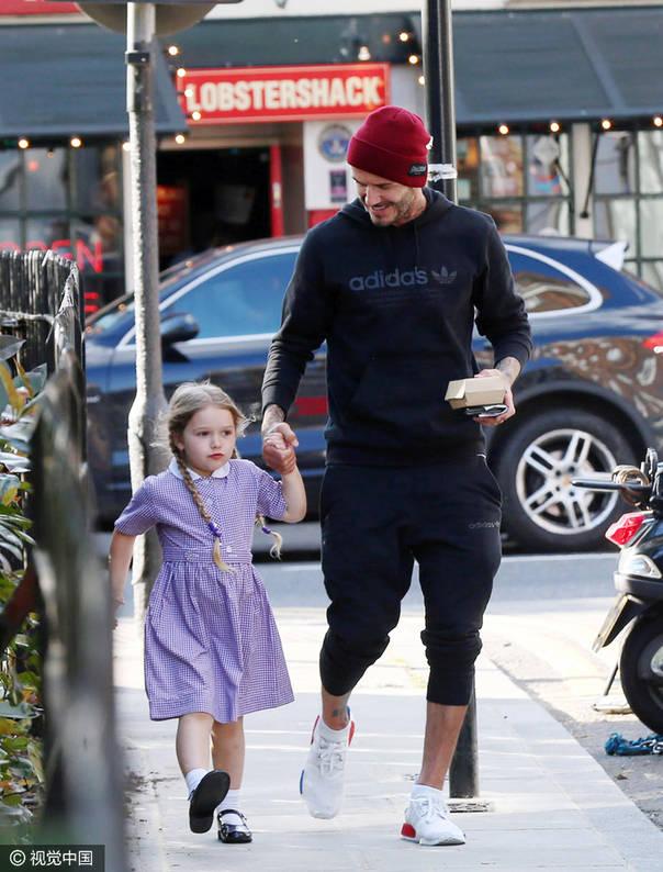 父亲节前来秀娃 小贝穿adidas运动装遛贝小七