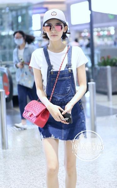 古力娜扎Chanel手袋配背带裤清新减龄