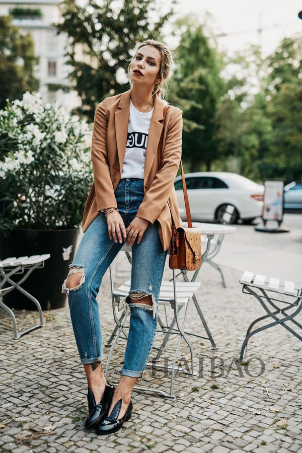 牛仔裤和小外套是绝配,吊带裙也有大人气,你是裙装派or裤装派?