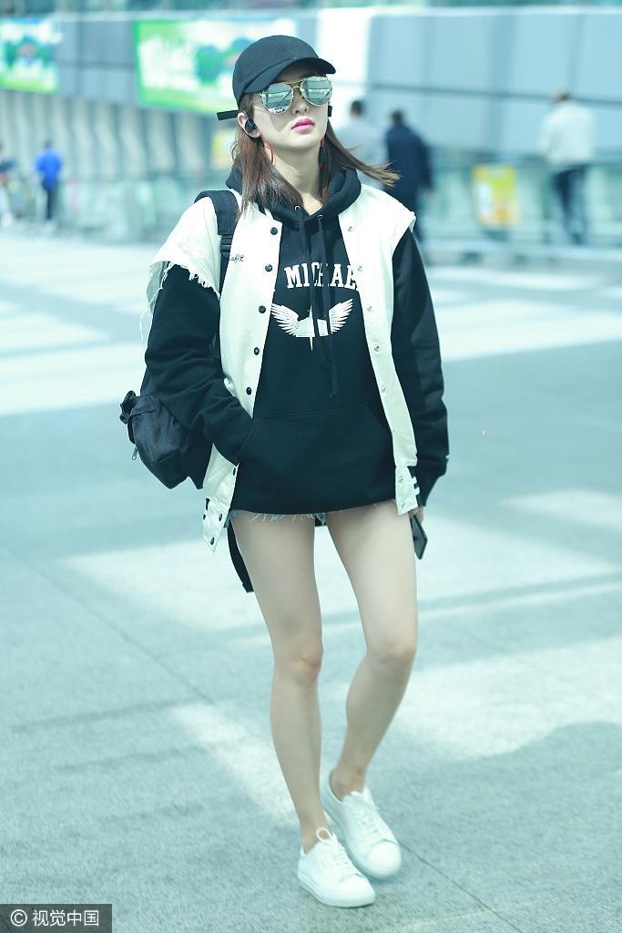 江疏影短裤露长腿白成一道光 看明白她的搭配Tips没